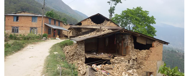 Una casa distrutta a Okharpauwa