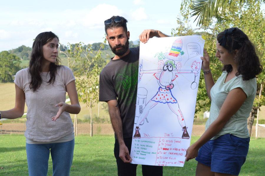 tre partecipanti reggono un cartellone