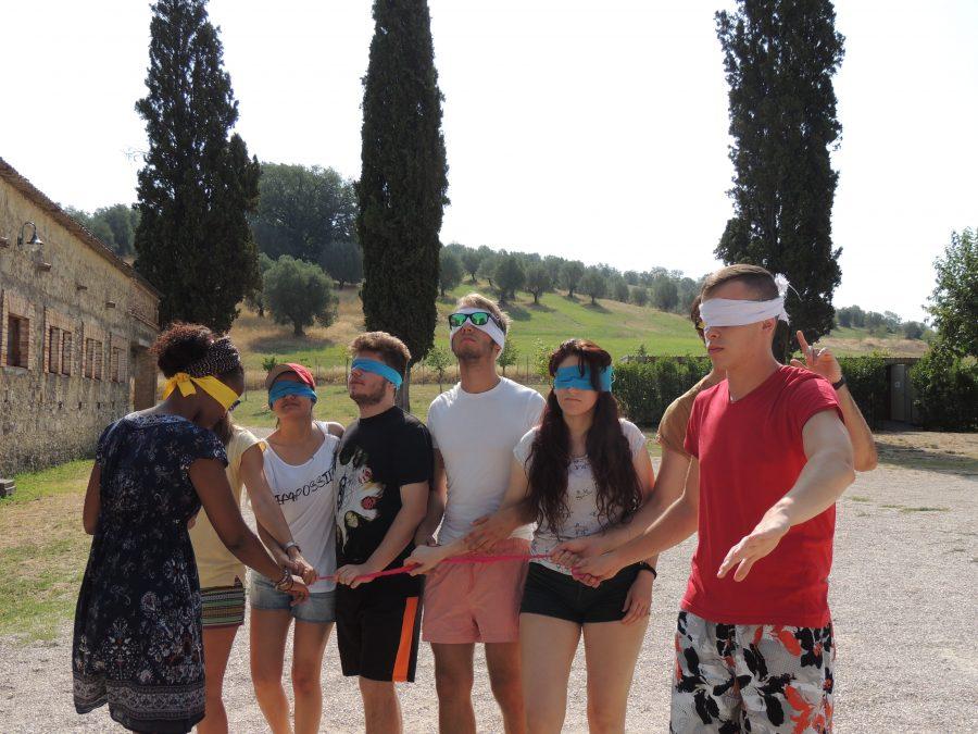 I partecipanti sono bendati